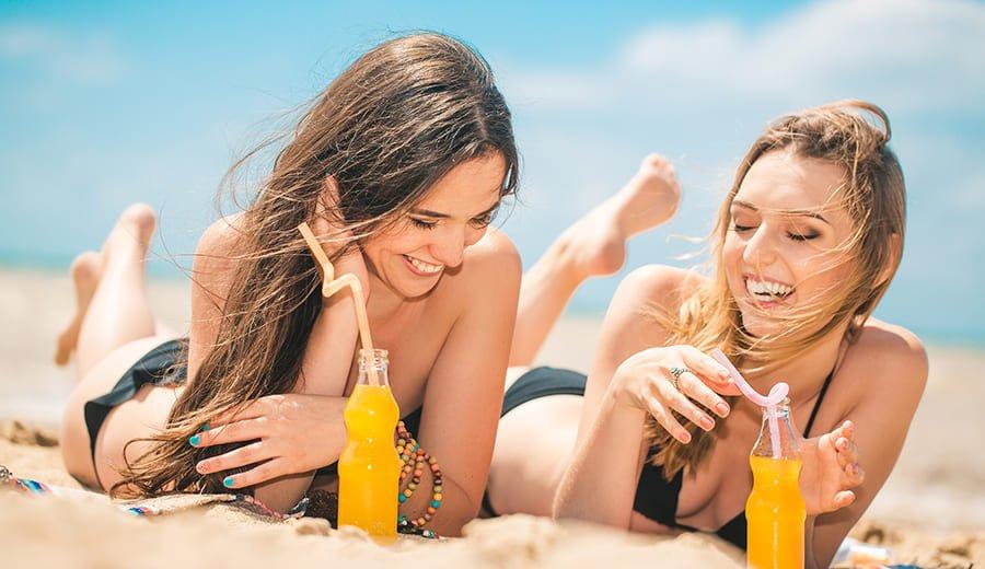 Mulheres na praia e em clubes